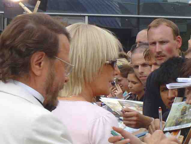 Björn and Frida giving autographs - © Klaus Will